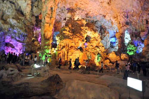 Khám phá hang động ở Vịnh Hạ Long