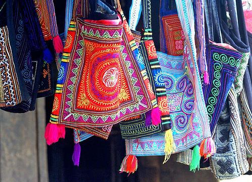 Túi đeo được dệt từ thổ cẩm sapa
