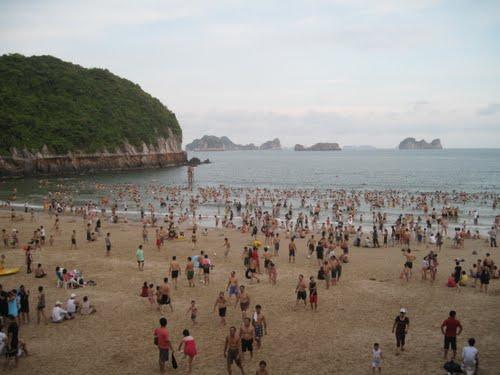 Bãi tắm Cát Cò 1 rộng lớn luôn thu khách đông du khách tắm biển