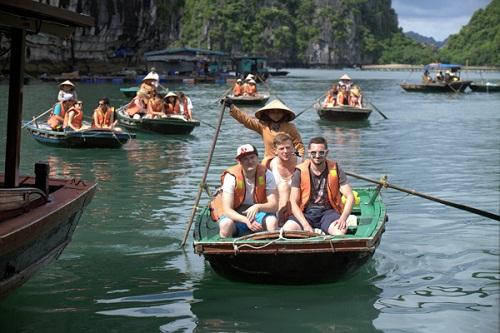 Rất nhiều du khách nước ngoài đến tham quan làng chài Vung Viêng