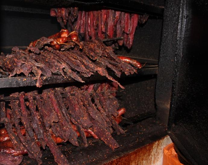 Thịt trâu được xếp lên gác bếp để hun khói cho chín