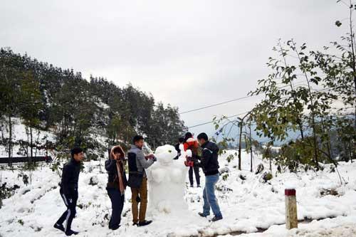 Du khách đổ xô lên Sapa du lịch trong mùa tuyết rơi
