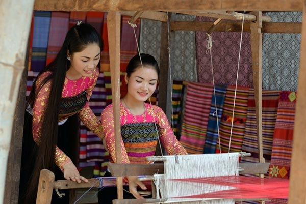 Các cô gái dân tộc Thái đang dệt thổ cẩm
