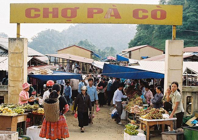 Chợ Pà Cò ở Mai Châu lúc nào cũng nhộn nhịp người ra vào