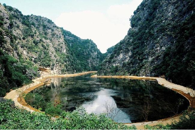 Nước hồ Am Tiêntrong xanh sôi bóng xuống tận đáy có thể nhìn được cả rong rêu.