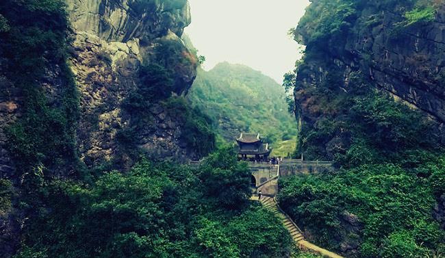 Đường lên chùa Am Tiên