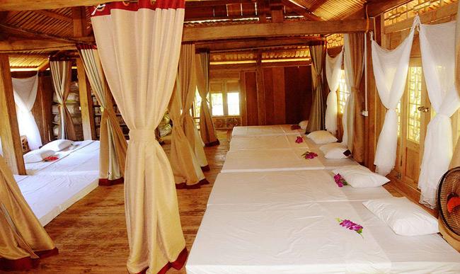 Nhà sàn Mai Châu được trang bị đầy đủ chăn, ga, gối, đệm...
