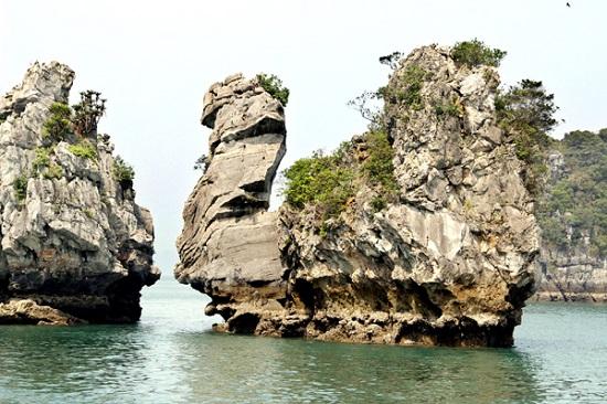 Hòn Thiên Nga lộng lẫy trên vịnh Hạ Long