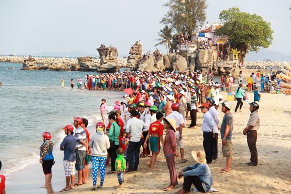 Người dân tập trung ở bãi Dinh Cậu để cổ vũ đua thuyền